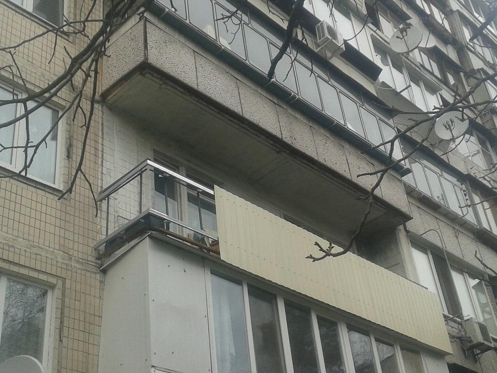Балкон в Киеве обшивается профнастилом