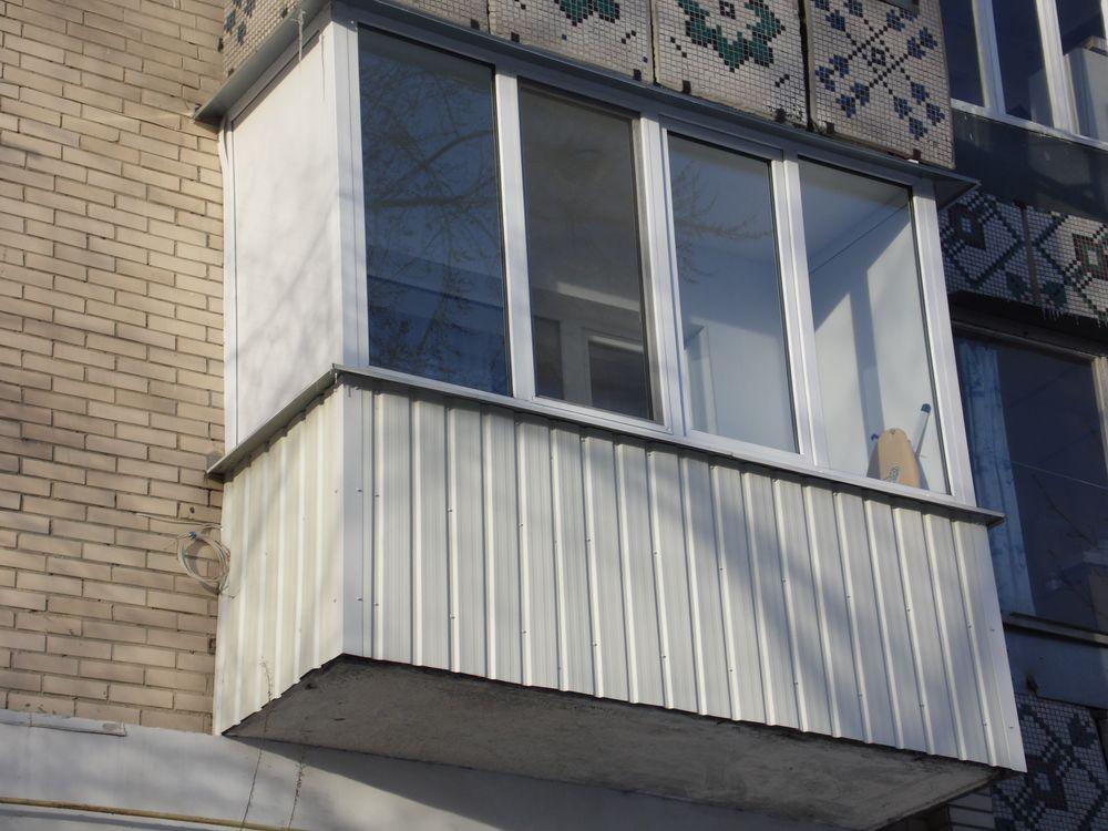 Балкон в Киеве обшит прфнастилом